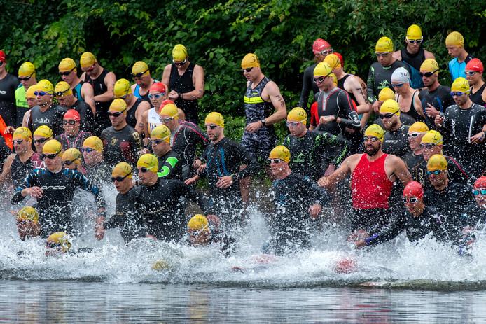De start van het zwemmen bij de triatlon in Gendt.