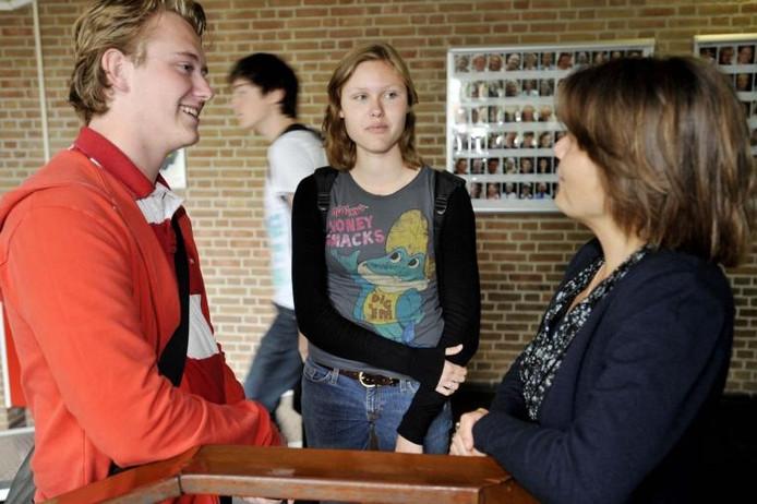 Stefan Kimenai en Eileen Boeijkens spreken na eindexamen Nederlands bij met hun docent Nicole Nooijen. Foto Joris Buijs/PVE