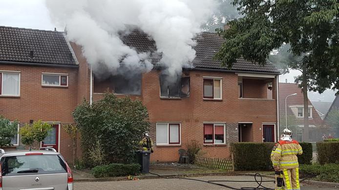 De brand veroorzaakte veel schade aan de bovenverdieping van de woning.