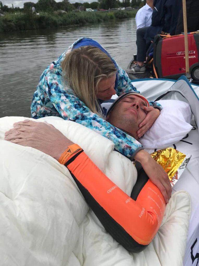 Iets na 13 uur vanmiddag kroop Van der Weijden definitief uit het water. Leeuwarden, eindpunt van de Elfstedentocht, haalde hij niet. Een held is hij sowieso.
