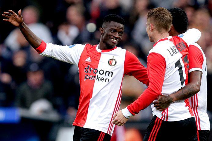 Edgar Ié (l) juicht na een goal van Sam Larsson (r) tegen FC Twente.