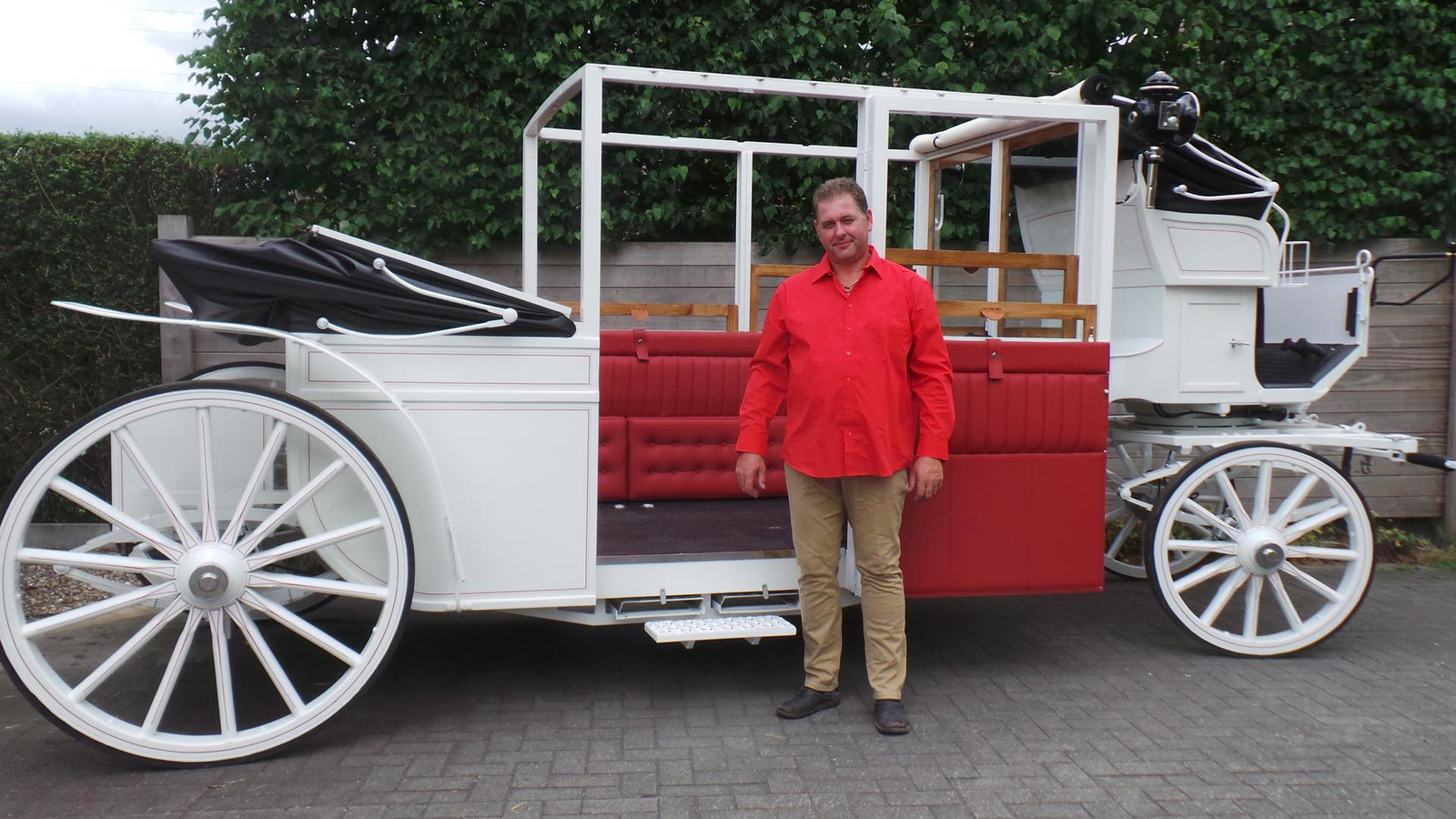 Bedenker Wim Demeulenaere bij zijn luxekoets.