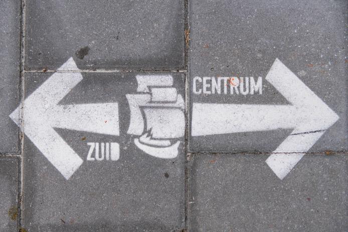 In de nieuwe looproute ietwat verborgen pijlen die erop wijzen waarheen je kunt lopen.