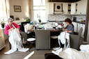 Buurvrouwen Ellie en Betty zijn twee van de vrijwilligers die druk bezig zijn met het maken van de beschermende pakken.