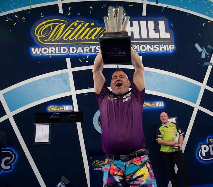 Peter Wright is gekroond tot wereldkampioen, Michael van Gerwen kijkt toe.