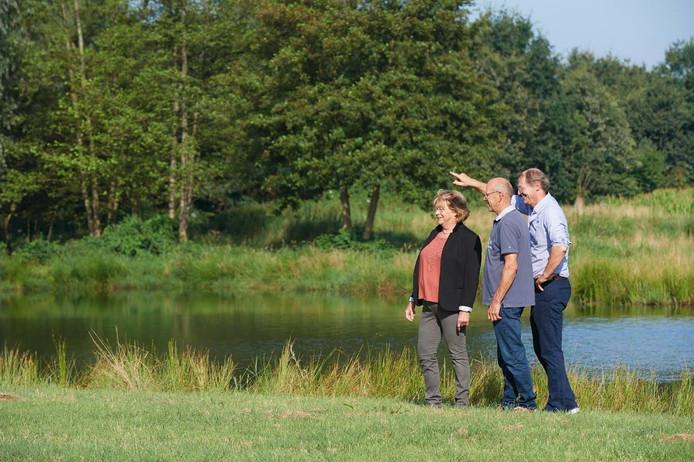 Ron de Lorijn (r) met Martien en Maria Pennings in hun natuurgebiedje in Nistelrode.