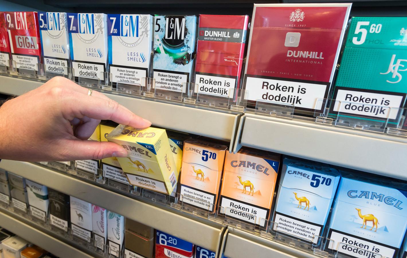 Pakjes sigaretten in het schap bij een benzinepomp.
