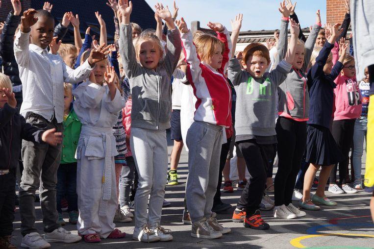 Sportieve Kinderen Dansen Op Speelplaats De Zonnebloem Hooglede