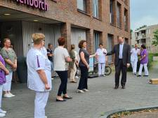 Eerste van 12.000 Bossche horecavouchers aan zorgpersoneel uitgereikt