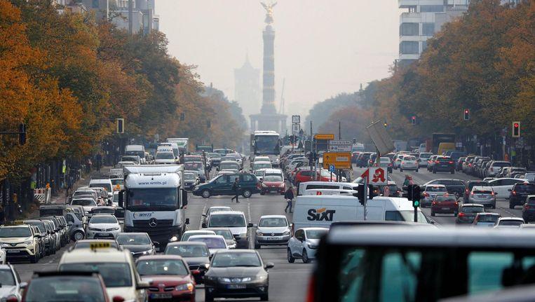 Ook in Berlijn staat het gebruik van vervuilende auto's onder druk. Beeld REUTERS  - FABRIZIO BENSCH