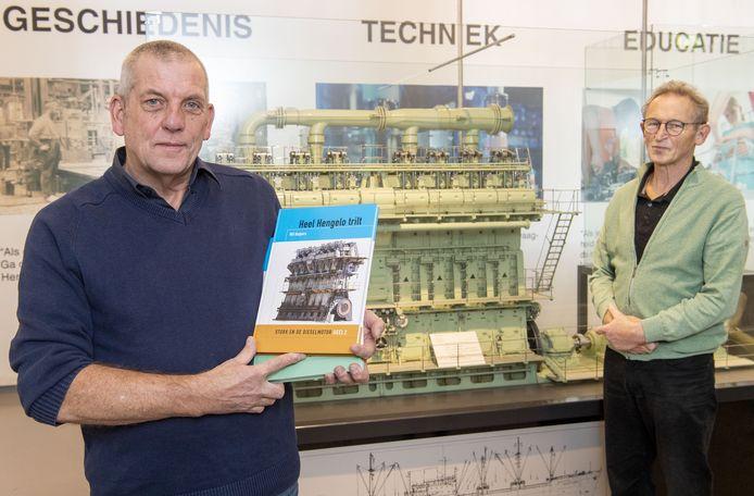 Eric van der Wal (links) en Wil Kuipers, auteur van 'Heel Hengelo trilt', bij een model van de befaamde HOTlo in techniekmuseum Heim.