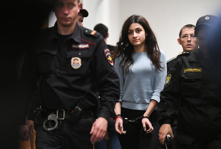Krestina Chatsjatoerjan wordt de rechtszaal binnengeleid.  Beeld Maxim Grigoryev/TASS