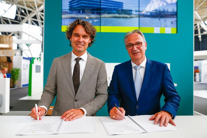 Martin Beukeboom van Bouwbedrijf Dura Vermeer uit Rosmalen en wethouder Jan Goijaarts hebben woensdag de realisatieovereenkomst ondertekend.