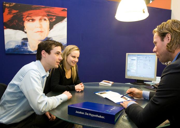 Een ouderwets hypotheekgesprek op kantoor. Als het aan Independer ligt, wordt die taak door een robotadviseur overgenomen.