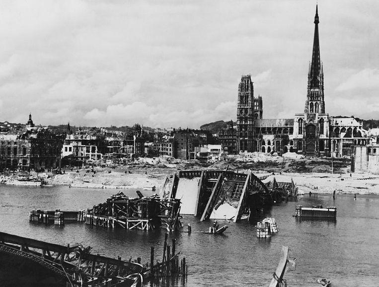 Rouen, 30 mei 1944. De bruggen zijn verwoest door Amerikaanse en Britse bommenwerpers. De kathedraal werd zwaar getroffen.  Beeld Corbis via Getty Images