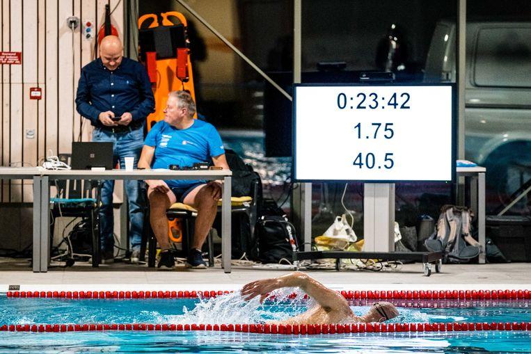 Maarten van der Wijden ploegt nog voort in het 25-meterbad. Het zel hem niet lukken de 24 uur vol te maken.  Beeld EPA