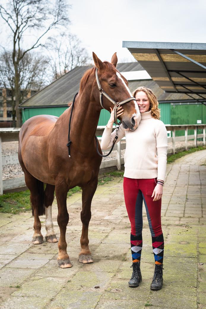 Lotte en haar verzorgpaard Vano. ,,Van alle paarden op de manege vind ik Vano echt de leukste.''