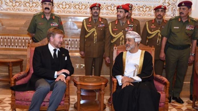 Koning Willem-Alexander heeft zondag in het Al Alam-paleis in Muscat aan de nieuwe sultan Haitham van Oman zijn deelneming betuigd met het overlijden van sultan Qaboos.