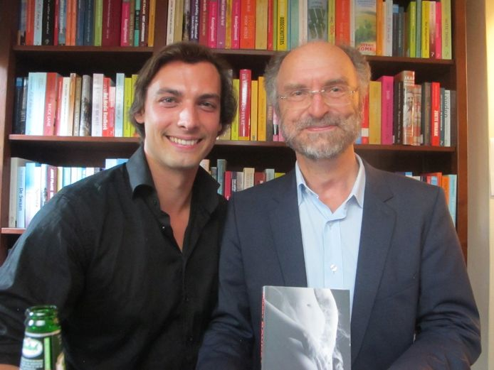 Een oudere foto van hoogleraar Paul Cliteur met Thierry Baudet wiens proefschrift hij begeleidde als promotor.