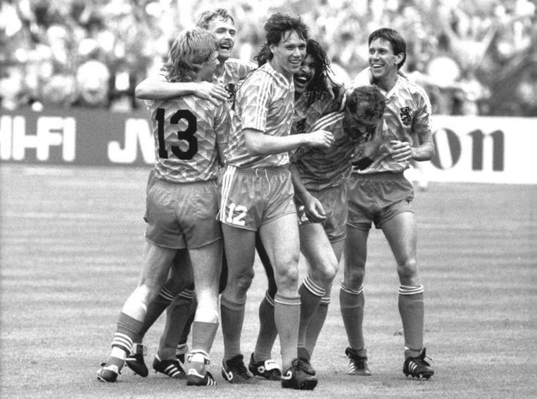Vreugde na de gewonnen finale tijdens het EK van 1988. Van links naar rechts: Erwin Koeman, Adri van Tiggelen, Marco van Basten, Ruud Gullit, Jan Wouters en Arnold Mühren. Beeld anp