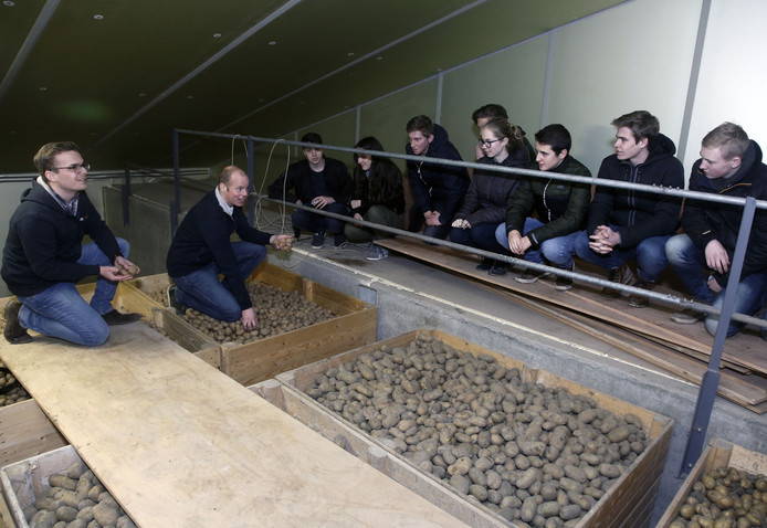 Martijn Scheppers van Climanova (met bril) toonde dat er bij het bewaren van pootaardappelen heel wat technologie komt kijken.