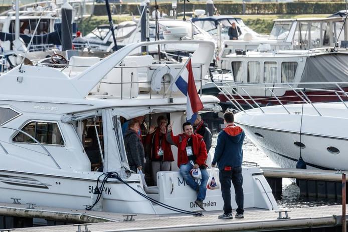 Boten vertrekken voor Miles4Justice vanuit de jachthaven van Drimmelen. foto Marcel Otterspeer/Pix4Profs