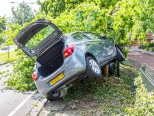Auto tussen boom en hekweg na ongeluk in Roosendaal
