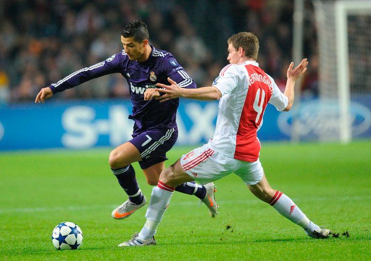 23 november 2010: Real is veel te sterk voor Ajax. Op deze foto: Cristiano Ronaldo in een duel met verdediger Jan Vertonghen. Beeld anp