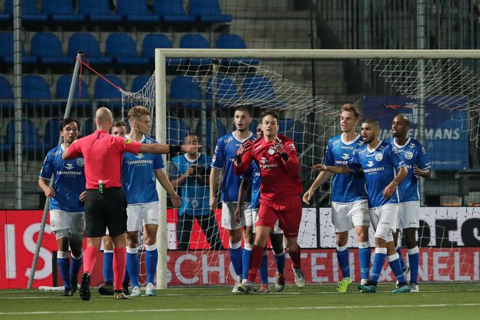 Ongeloof bij FC Den Bosch als de penalty van Branco van den Boomen opnieuw mag worden genomen.
