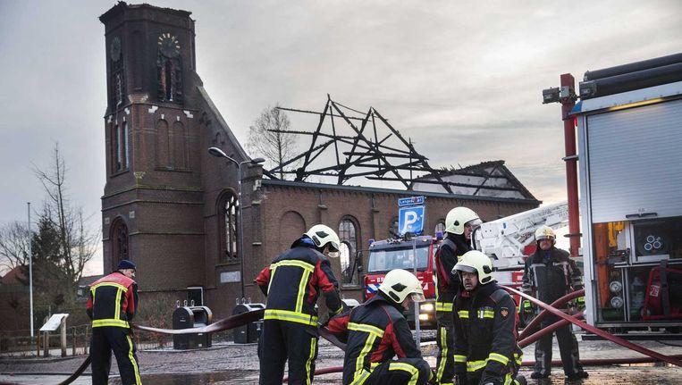 Brandweerlieden tijdens het nablussen bij de Protestantse kerk van het dorpje Hoek, in de gemeente Terneuzen, die door een grote brand is verwoest. Beeld null