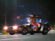 Kinderen naar school met DeLorean uit Back to the Future