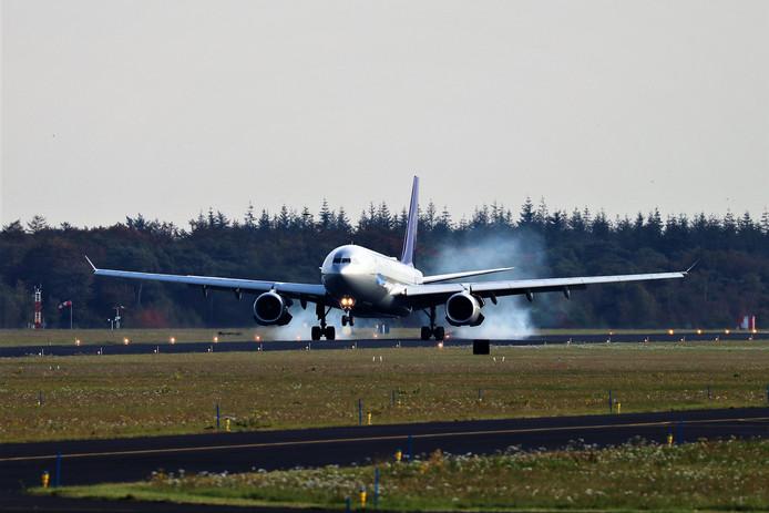 Een A330 passagiersvliegtuig van Airbus bij de landing op het vliegveld bij Woensdrecht.