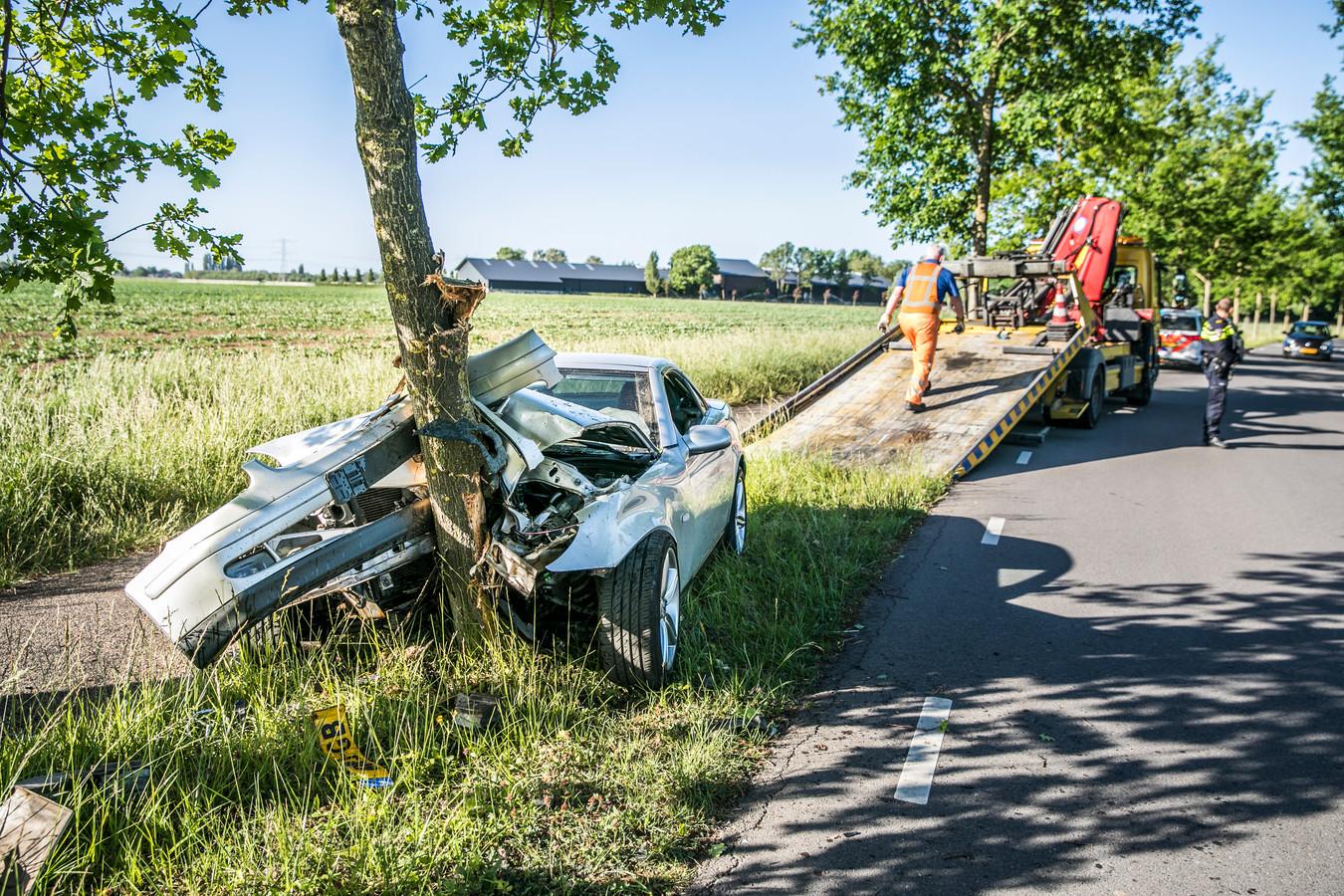 Wat er van de auto over was na de botsing met de boom in Duiven.