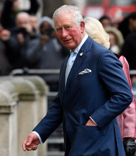 Le prince Charles sort de son confinement