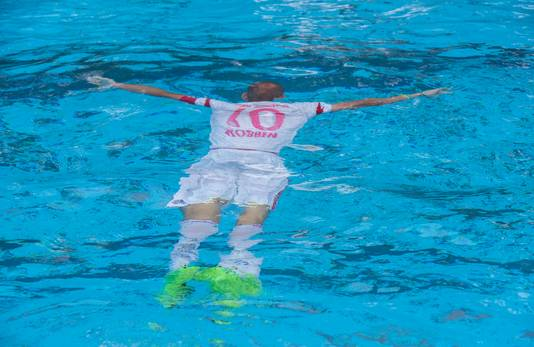 Van Wijde in het water met zijn Robben-tenue