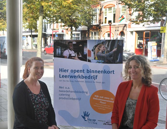Lieneke Karel (links) en Wietske Nijsse coördineren en begeleiden de deelnemers van Sta-op-Zorg in Vlissingen.