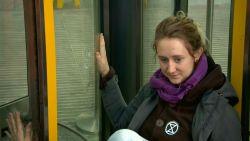Milieuactivisten lijmen zichzelf vast aan deur Britse ministerie van energie uit protest