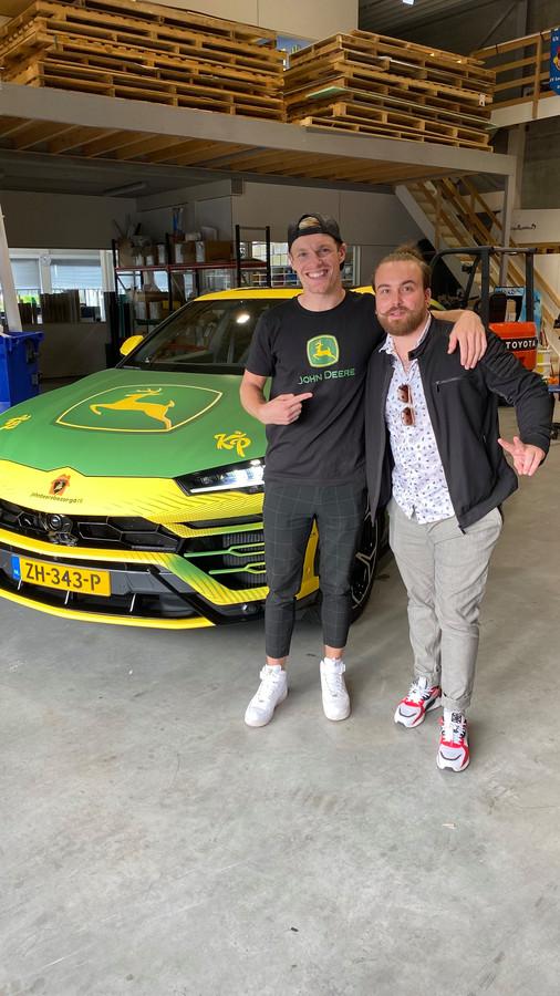 Enzo Knol met Phil Verheyen bij zijn sportwagen