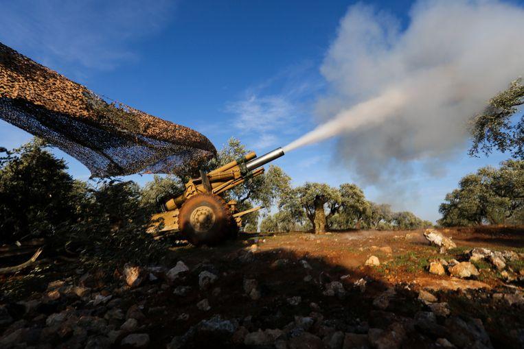 Door Turkije gesteunde rebellen vuren granaten af richting Syrische troepen in de provincie Idlib.