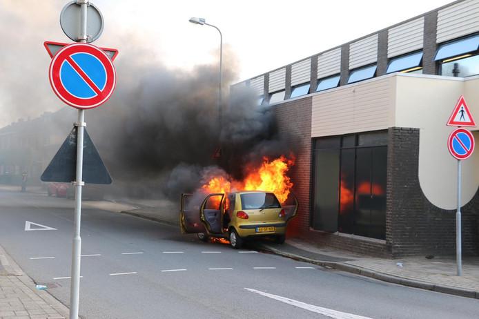 De brandende auto voor het politiebureau in Oldenzaal