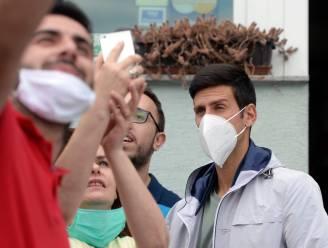 Op vakantie draagt Djokovic wél mondmasker