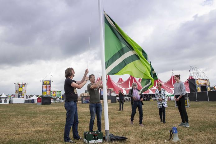 Paul Heutinck (53) uit Winterswijk (links) ontwierp de vlag