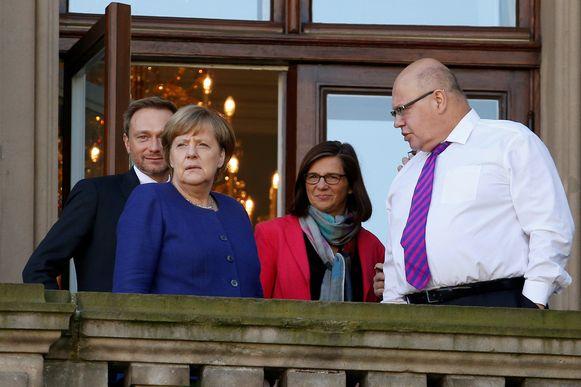 Peter Altmaier (rechts), samen met Merkel, de liberale FDP-voorzitter Christian Lindner (links) en Katrin Goering-Eckardt, partijleider van de groenen, tijdens de regeringsonderhandelingen eind oktober.