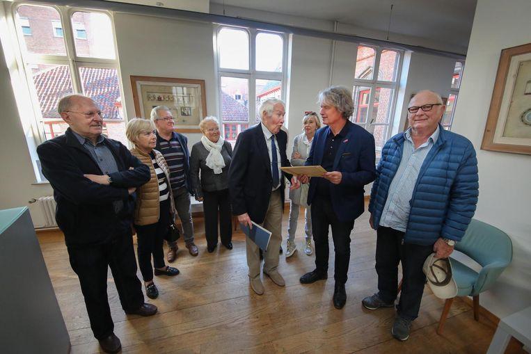 De buurtbewoners gaven gisteren de petitie af aan schepen Wout Maddens.