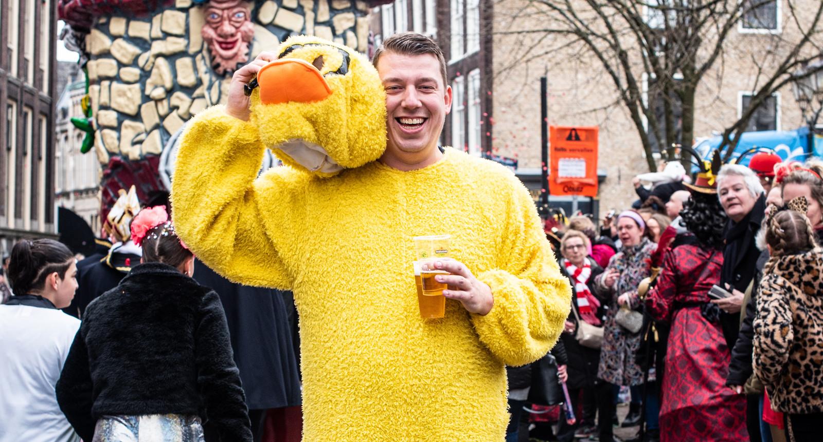 Badeend Patrick de Kievit (29) op het Scheffersplein in Dordrecht.