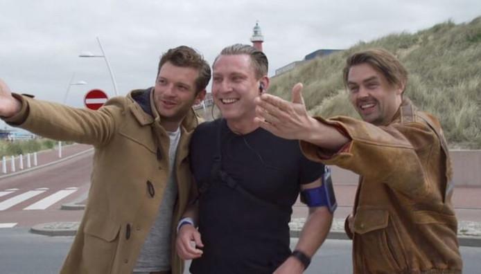 The Bucket Boys bieden een Schot een lekkere massage  op het strand aan.