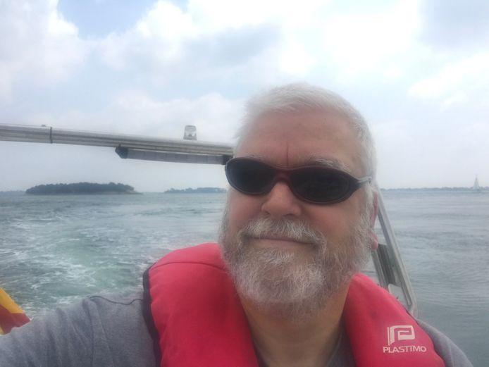 Nautisch expert Karel Overlaet op zijn speedboot, een RIB.