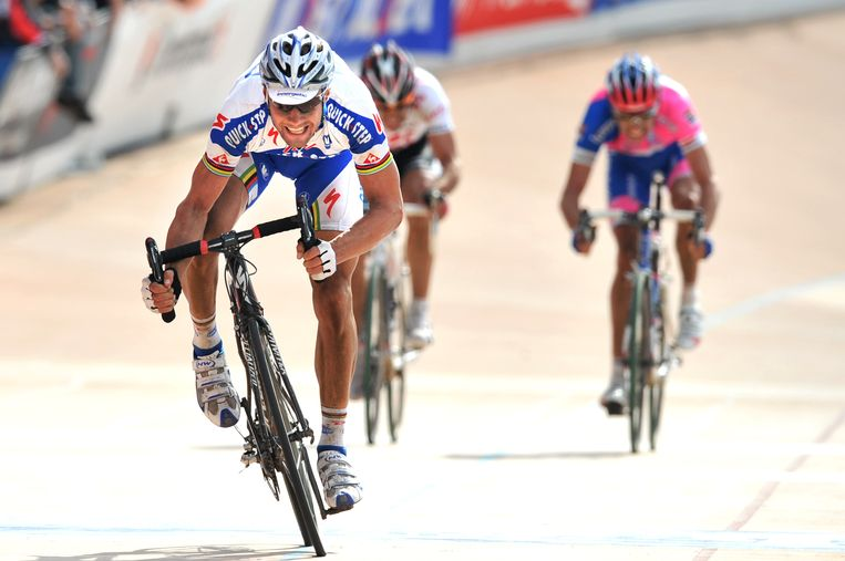 Boonen sprint in 2008 Cancellara en Ballan uit het wiel om Parijs-Roubaix te winnen.