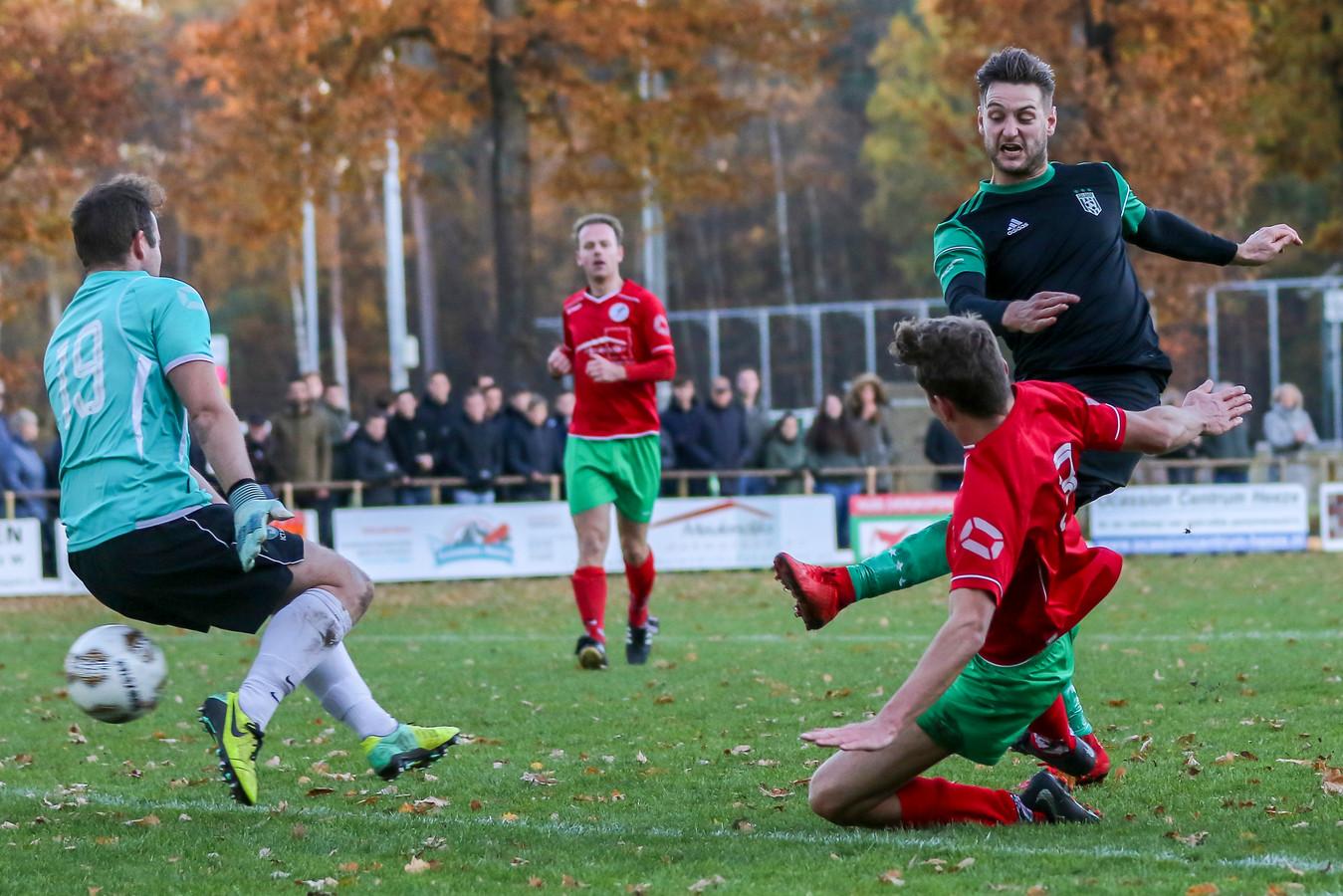 Tom Dekkers van Geldrop verschalkt doelman Vincent Jansen van RKSV Heeze.