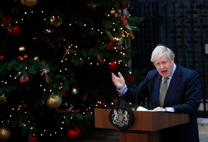Premier Boris Johnson geeft een persconferentie op de stoep bij de ambtswoning op Downing Street 10